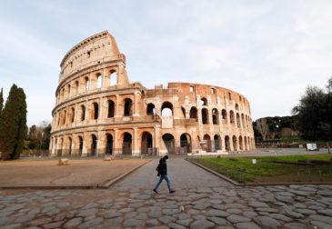 Итальянцы включают российский гимн и снимают флаги ЕС